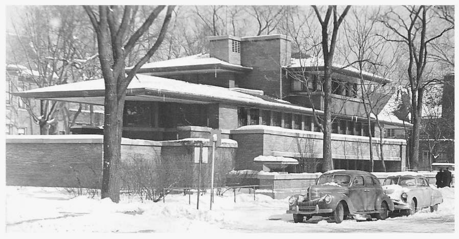 POSTCARD - CHICAGO - FRANK LLOYD WRIGHT'S ROBIE HOUSE - SNOW - PARKED CARS - EARLY 1950s