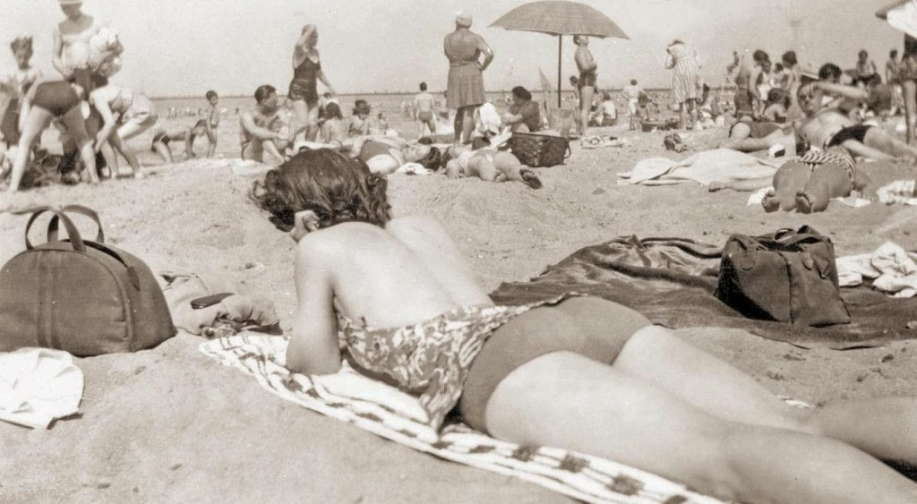 PHOTO - CHICAGO - MONTROSE BEACH - BIG CROWD - SNAPSHOT - c1960